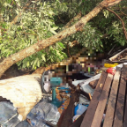 พายุฤดูร้อนพัดกระหน่ำและเกิดลูกเห็บหลายพื้นที่ในจังหวัดเชียงใหม่ ล่าสุด เกิดเหตุต้นไม้ล้มทับบ้านเรือนราษฎร ทําให้มีผู้เสียชีวิต 1 ราย
