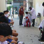 ช่างตัดผมจิตอาสาตัดผมเปิดเทอมให้เด็กนักเรียนยากไร้