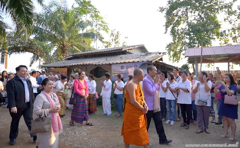 """ท่านสมเกียรติ ศรลัมพ์ ผู้ช่วยรัฐมนตรีประจำนายกรัฐมนตรี ปฏิบัติงานกระทรวงวัฒนธรรม เปิดงาน """"บวร ฮอมปอยผญ๋าล้านนา ครั้งที่ ๒"""" บ้าน วัด โรงเรียน จุดเปลี่ยนประเทศไทย"""